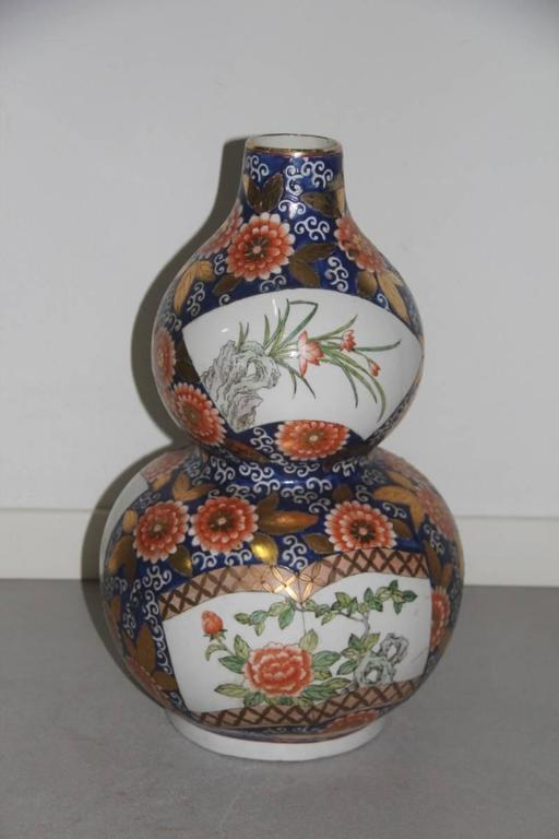 Old Chinese vase of the 1940s or so, with floral decorations.