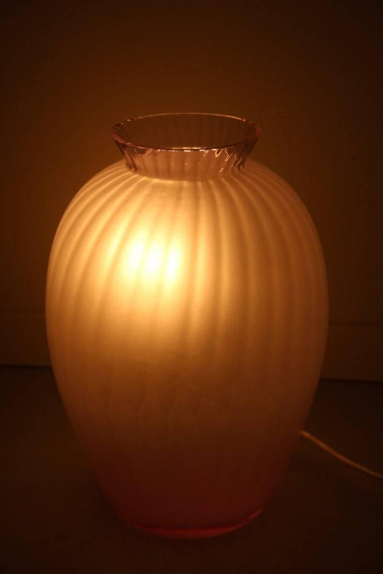 Particular lamp in the shape of vase Carlo Moretti Murano art glass 1970, elegant and particular design, wisteria color.