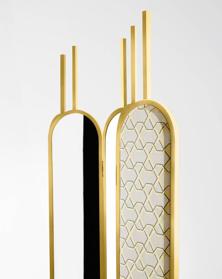 Screen with satin brass lacquered wooden and metal structure. Sides covered by extralight mirror and fabric. Bases in marble Calacatta Vagli Oro.