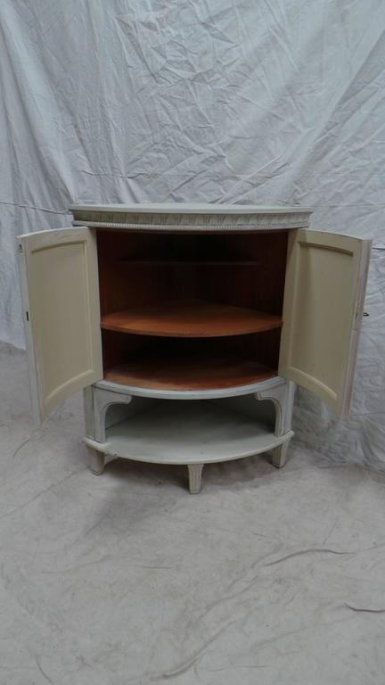 Swedish Gustavian Corner Cabinet In Excellent Condition For Sale In Hollywood, FL