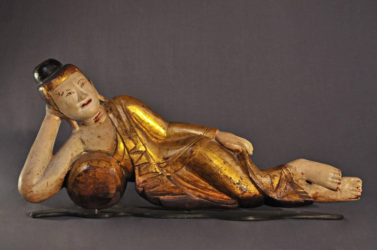 The blessed figure is here lying on the right flank, his legs resting one on top of the other, his head resting on his right hand, supported by a cushion. His left arm is covered by the golden robe. A golden raised band separates the hairline and