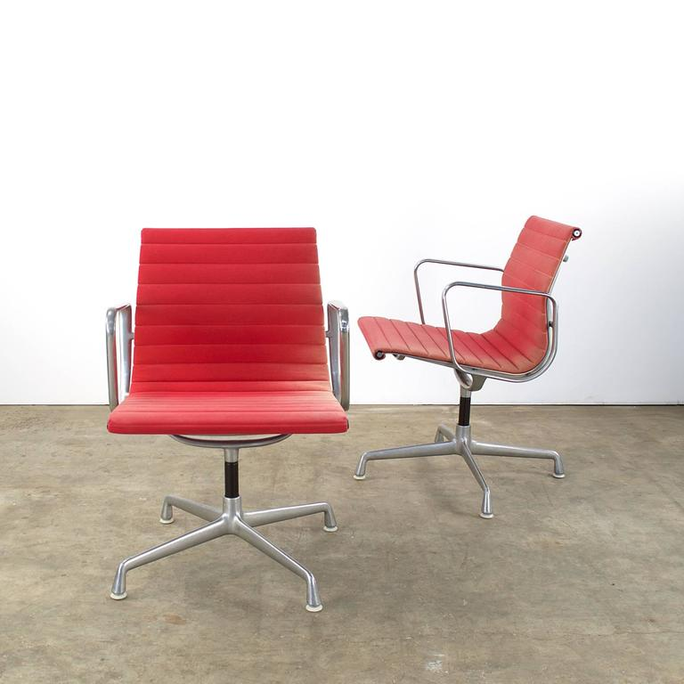 Charles and ray eames ea107 fauteuil for herman miller for Fauteuil charles eames original prix