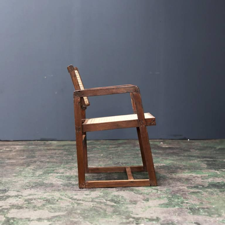 A box chair designed in the middle century by Pierre Jeanneret for the Punjab University of Chandigarh and various buildings. A work in which an armrest and a leg are united.