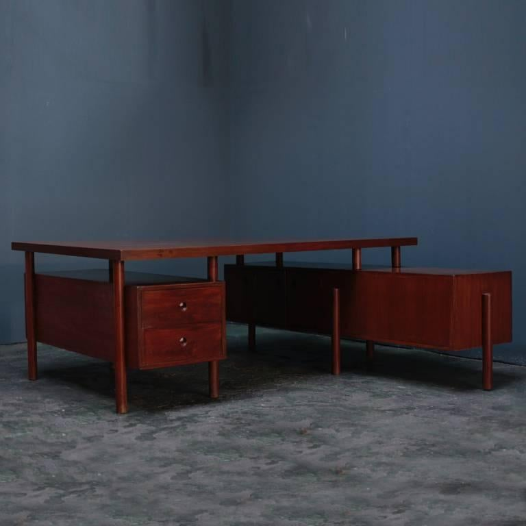An office desk designed in the middle century by Pierre Jeanneret for various administrative agencies in the city of Chandigarh. It is a design that can be heard of the high practicality composed of a wide top plate, a box with a drawer with a wide