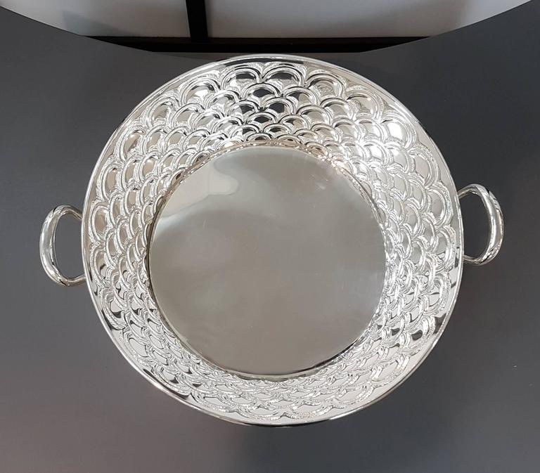 Round silver basket 800 °° / °°° with handles. The body is chiselled with