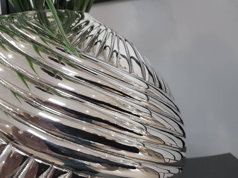 Modern silver 800°°/°°° globe vase fully chiselled and embossed by hand. 2,700 grams.