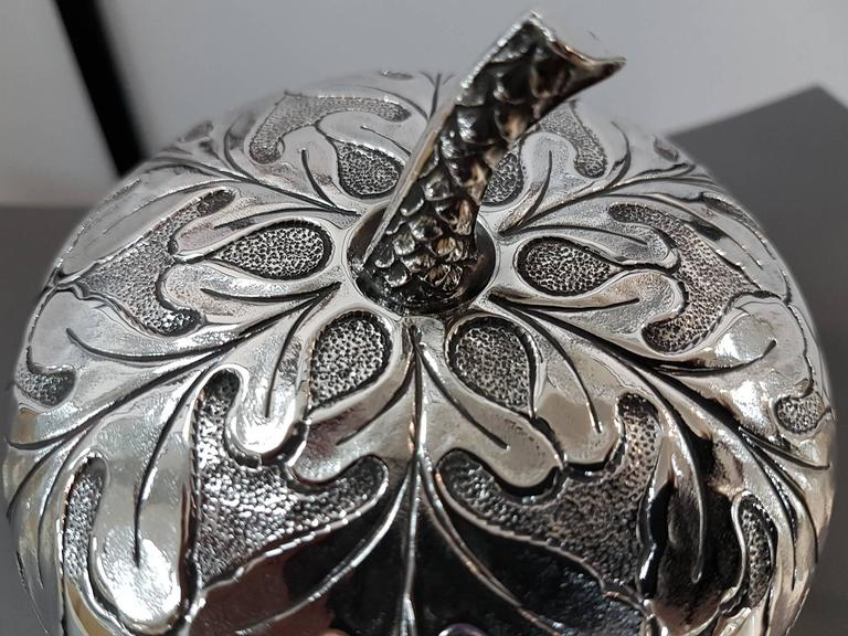 20th Century Italian Silver Box Embossed and Chiselled by Hand Acorn Shape For Sale 4