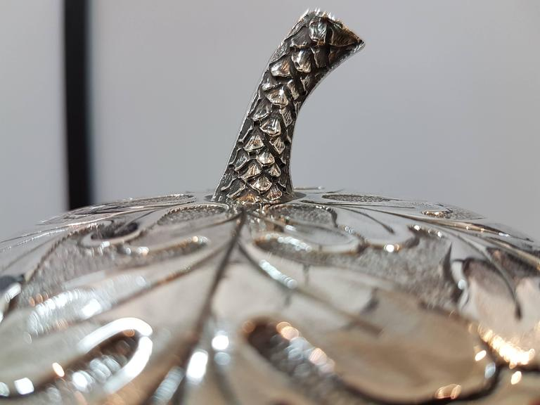 20th Century Italian Silver Box Embossed and Chiselled by Hand Acorn Shape For Sale 5
