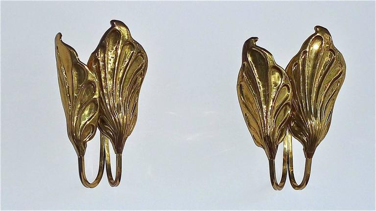 Sculptural Pair of Italian Mid-Century Brass Leaf Sconces, Tommaso Barbi, 1970s For Sale 2