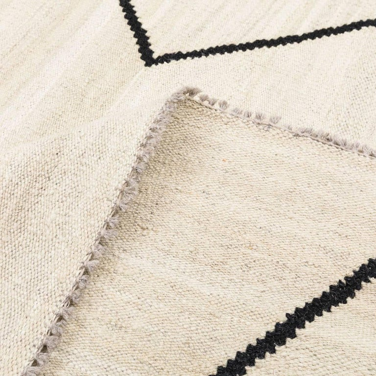 Contemporary kilim in beige and black tones for sale at 1stdibs - Alfombras kilim madrid ...