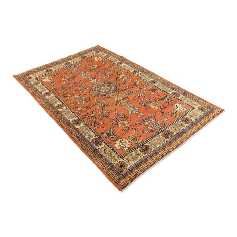 Rug of the ancient Silk Road. - Samarkand rug, Kothan design with influences of Chinese rugs and of de ancient Silk Road, circa 1900. - We highlight the quality of the conservation of colors. - Colors in caramel tones. - Geometric leaves and