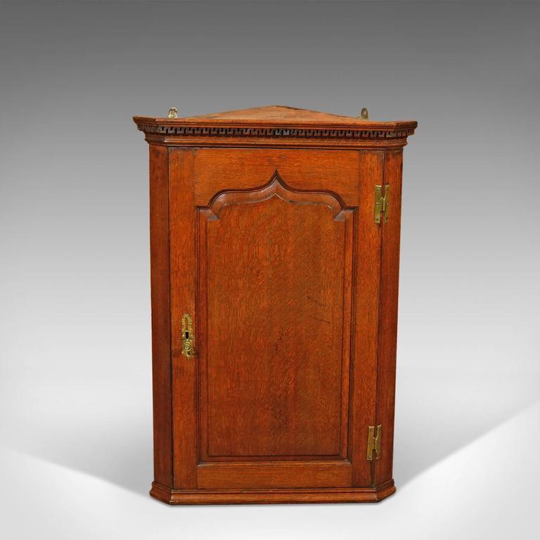 Attrayant British Georgian Hanging Antique Corner Cabinet, Circa 1780 For Sale