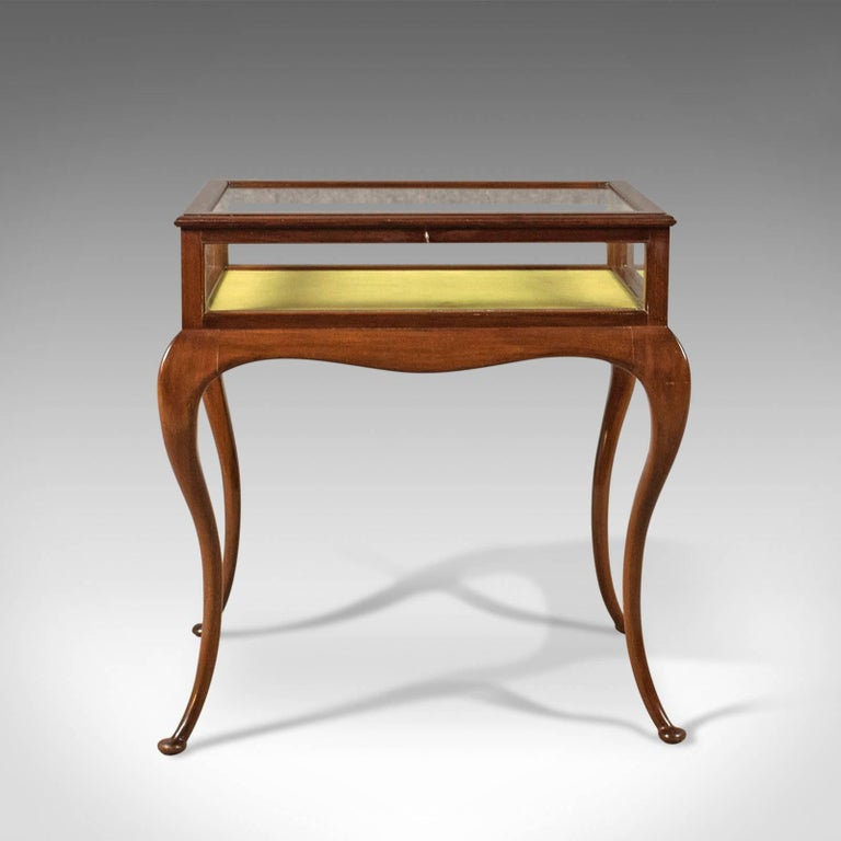 This is an antique bijouterie table, dating to the reign of George V, English, circa 1915.  Beautifully made in select mahogany with a polished finish The case finished in thick, beaded glazing complete with working lock and key Lined with a