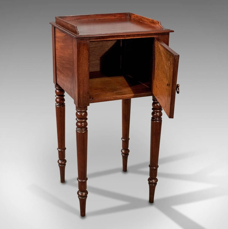 Bedside Cabinet Nightstand Pot Cupboard Mahogany Georgian English, circa 1800 In Good Condition In Hele, Devon, GB