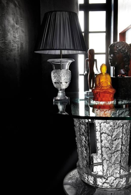 The base of the Versailles lamp imagined for the first time by René Lalique as a vase in 1939 pays homage to Versailles, masterpiece and emblem of French classical architecture. This majestic piece adapts to any kind of Classic environment.  Clear