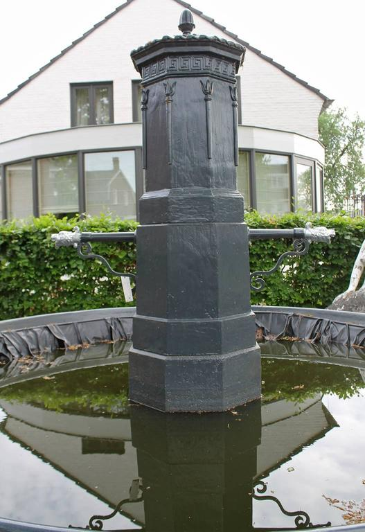 Old Cast Iron Fountain Edge In Fair Condition For Sale In Udenhout, NL