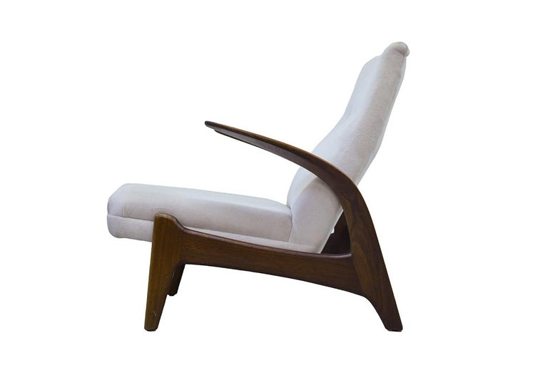 Organic shaped Teak easy chair, designed by Rastad & Adolf Relling for the Norwegian Arnestad Bruk. Designed and made in the 1950s. In a white upholstery, timeless modern design, perfect in combination with the white sofa.