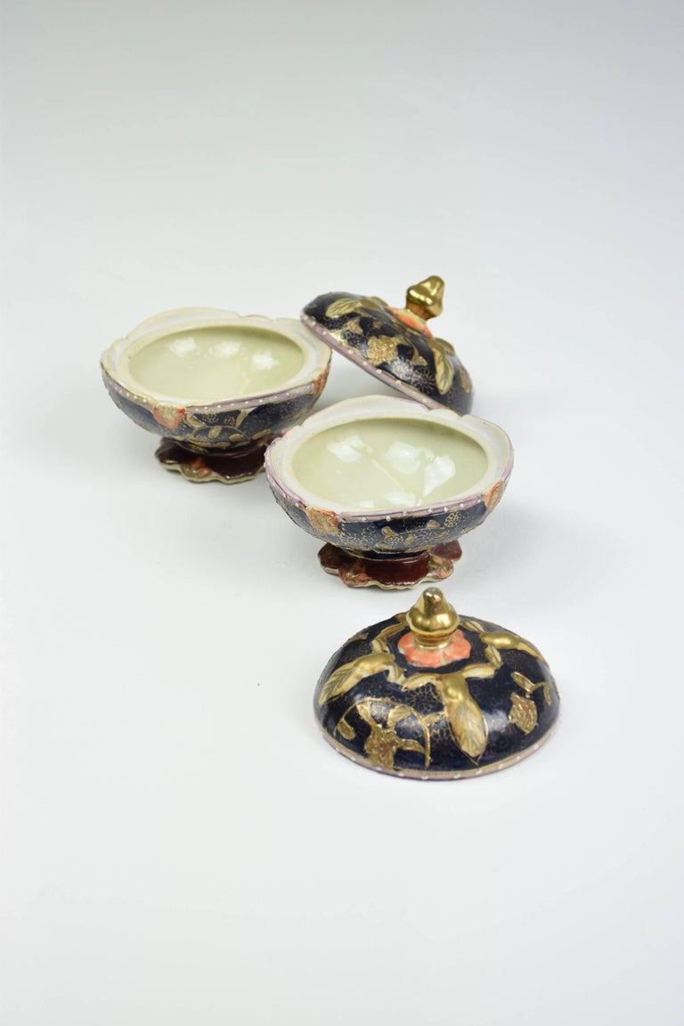 Pair of Antique Japanese Meiji Period Porcelain Trinket or Jewelry Boxes In Good Condition For Sale In Paris, FR