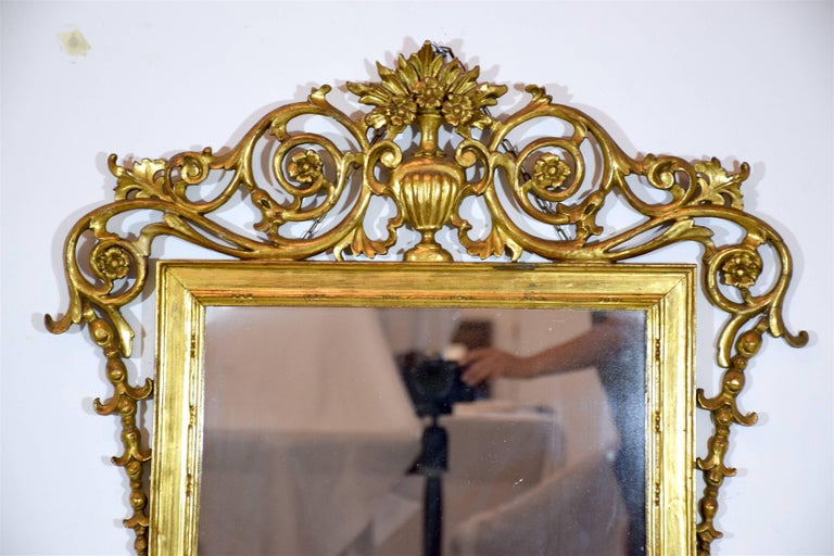 19th Century Antique Italian Rococo Giltwood Mirror In Good Condition For Sale In Paris, FR