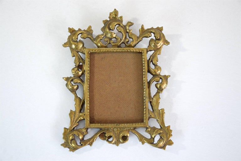 Gilded bronze picture frame of beautiful craftsmanship estimated from early 20th century Victorian England in Rococo style.