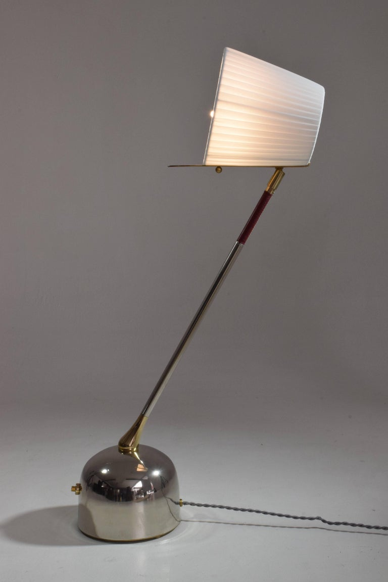 Polished Infinitus-V Contemporary Articulating Brass Table Lamp, Flow Collection  For Sale