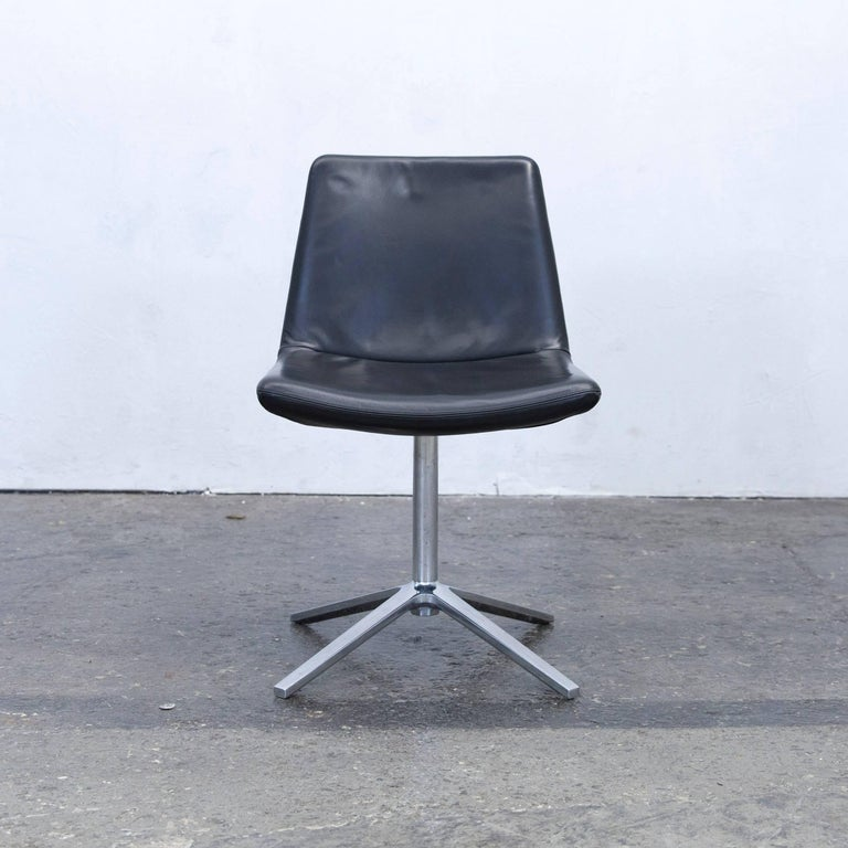Black colored original B&B Italia designer leather chair, in a minimalistic and modern design, made for pure comfort and style.