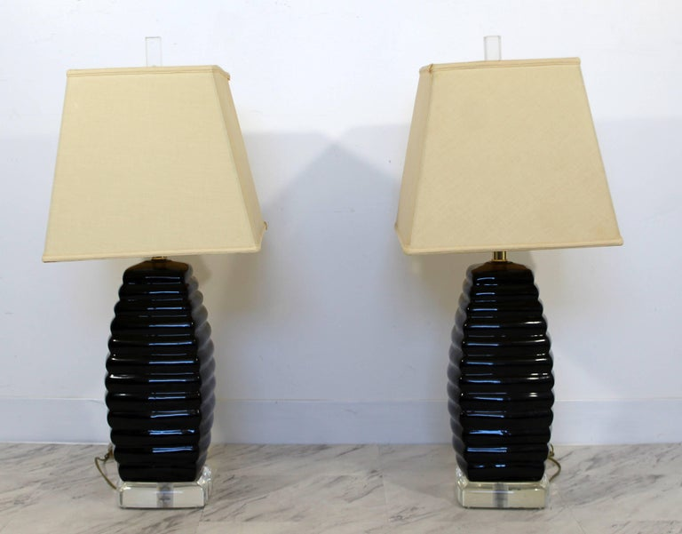 Mid-Century Modern Pair of Bauer Black & Clear Lucite Table Lamps Beehive Style In Good Condition For Sale In Keego Harbor, MI