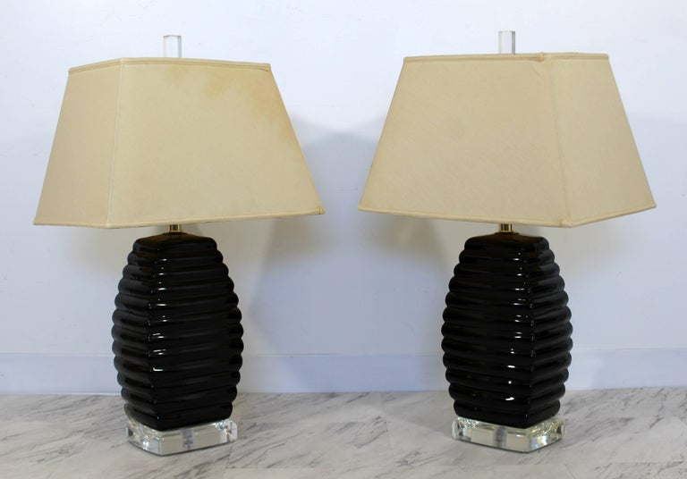 American Mid-Century Modern Pair of Bauer Black & Clear Lucite Table Lamps Beehive Style For Sale