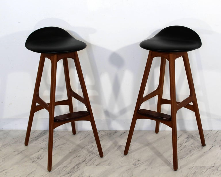 For your consideration is an incredible pair of bar stools, made of rosewood and upholstered in black leather, by Erik Buck, Denmark, circa 1960s. In excellent condition. The dimensions are 15