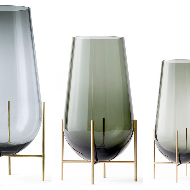 The Echasse vase combines the Classic elegance of a traditional glass vase with a playful, light expression. The word échasse is French for stilts – and this round-bottomed vase is anchored to the table by four slender legs that resemble stilts. The