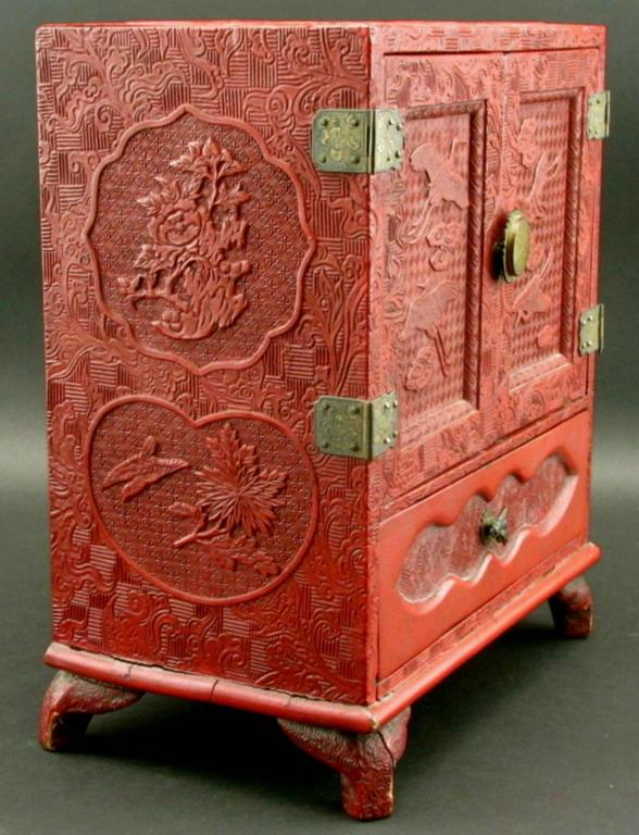 Incroyable Japanese Red Cinnabar Lacquer Table Cabinet, Meiji Period (1868 1912) In  Good