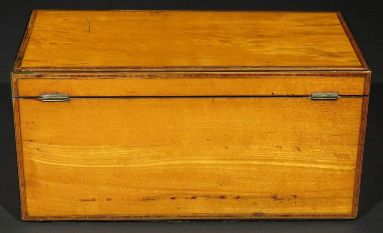 A Very Fine George III Inlaid Satinwood Tea Caddy, England Circa 1800   In Good Condition For Sale In Ottawa, Ontario
