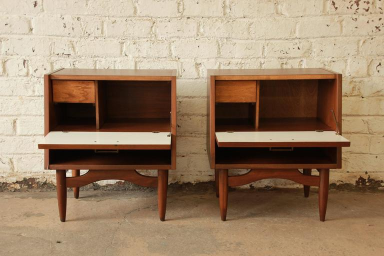 Merton Gershun Mid-Century Modern Walnut Nightstands In Excellent Condition For Sale In South Bend, IN