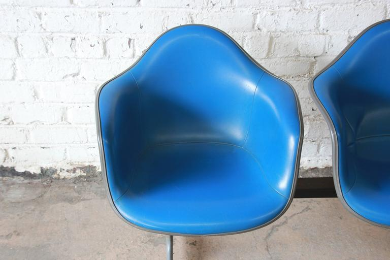 Tandem Three-Seat Shell Chairs by Charles & Ray Eames for Herman Miller In Good Condition For Sale In South Bend, IN