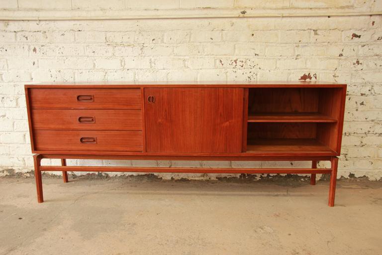 Danish Modern Teak Long Credenza in the Manner of Arne Vodder For Sale 1