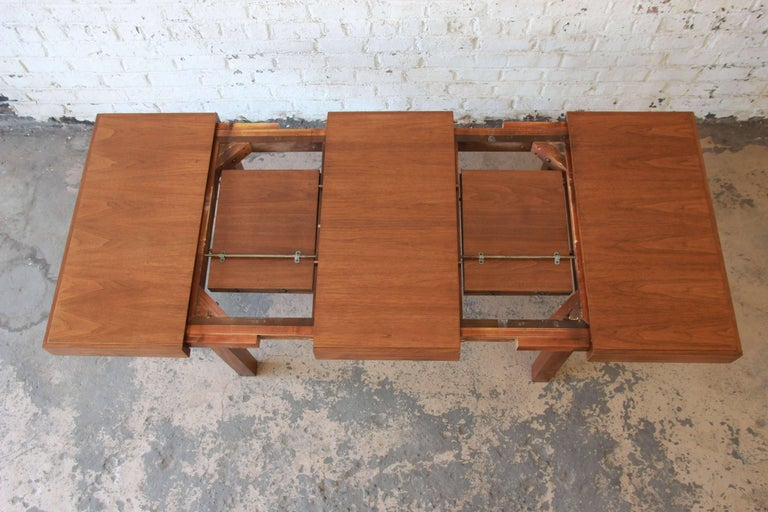 Early George Nelson for Herman Miller Walnut Extension Dining Table In Good Condition For Sale In South Bend, IN