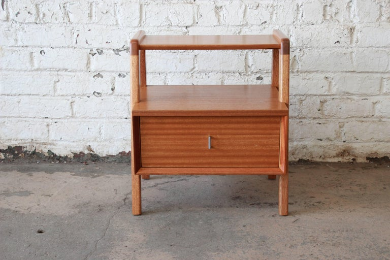 Paul Laszlo for Brown Saltman Mid-Century Modern Nightstand or Side Table In Excellent Condition For Sale In South Bend, IN