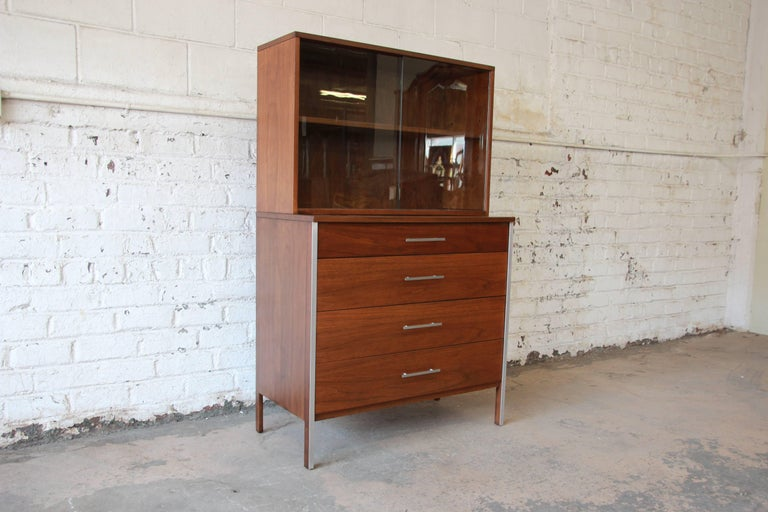 Mid-Century Modern Paul McCobb for Calvin Four-Drawer Chest of Drawers with Glass Front Hutch For Sale