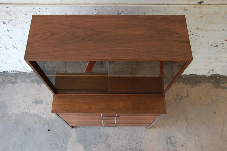 20th Century Paul McCobb for Calvin Four-Drawer Chest of Drawers with Glass Front Hutch For Sale
