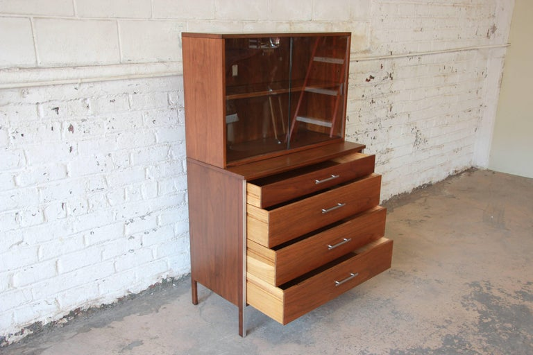 Paul McCobb for Calvin Four-Drawer Chest of Drawers with Glass Front Hutch In Excellent Condition For Sale In South Bend, IN