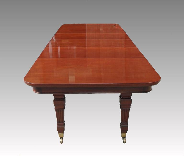 English Victorian Mahogany Extending Dining Table by Gillows For Sale