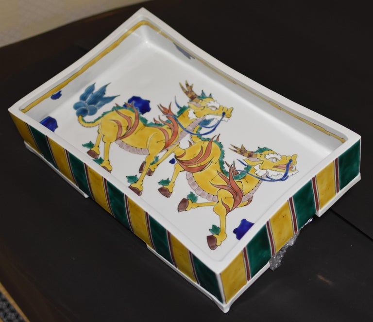 Unique contemporary very large signed decorative Japanese Kutani raised centrepiece, hand-painted on a beautiful rectangular-shaped body with a unique interpretation of mythical giraffes. Depicted here on the inner surface of this striking piece are