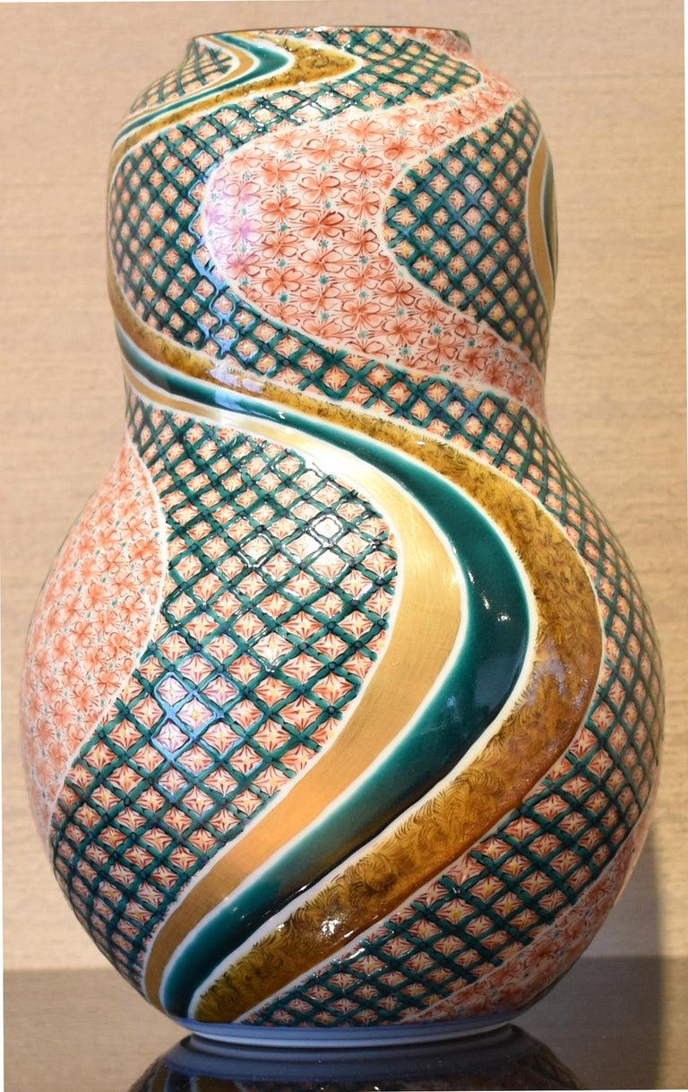 Unique exceptional Japanese contemporary large Kutani decorative porcelain vase, extremely intricately gilded and hand-painted in red and green on a stunning double gourd body, a signed masterpiece by a third generation master of a Kutani kiln with