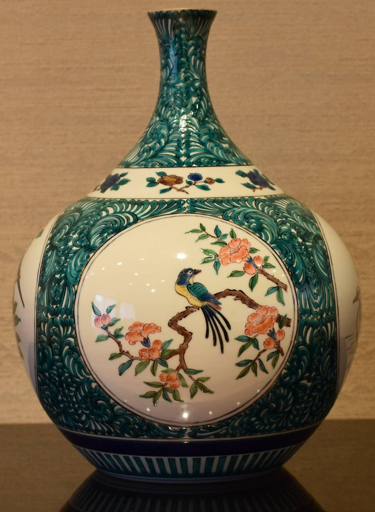Japanese Kutani Hand-Painted Decorative Porcelain Vase by Master Artist In New Condition For Sale In Vancouver, CA