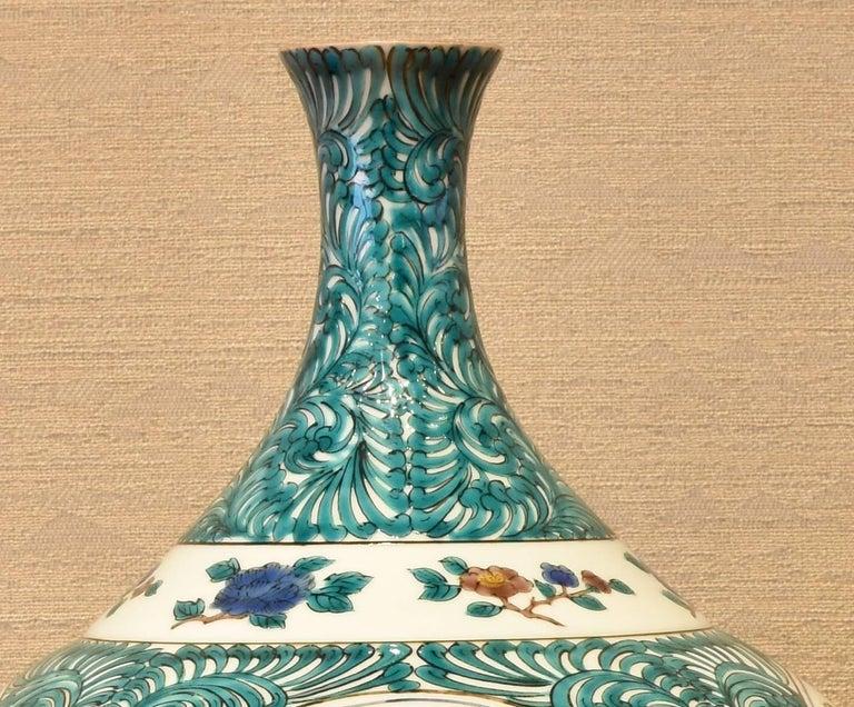 Japanese Kutani Hand-Painted Decorative Porcelain Vase by Master Artist For Sale 4