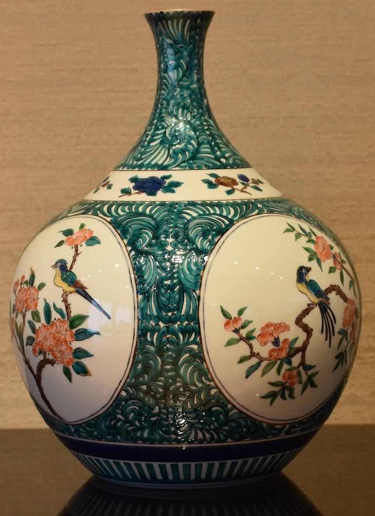 Japanese Kutani Hand-Painted Decorative Porcelain Vase by Master Artist For Sale 1