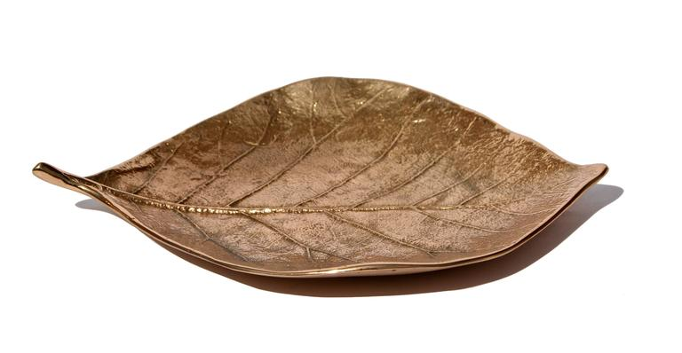 Each of these splendid bronze leaves is handmade individually with incredible detail. Cast using very traditional techniques, they are polished capturing the raw finish of this noble material and impressively highlighting every vein and