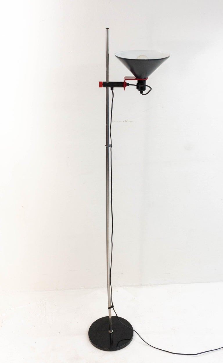 Stylish 1960s Stilnovo floor lamp in red and anthracite. The lamp is height adjustable and rotates along two axes allowing it to be aimed in any desired direction.