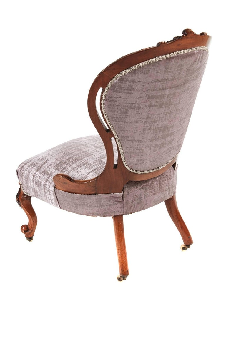 Fine Victorian carved walnut ladies chair, lovely carved detail to the top, shaped back, serpentine front rail, standing on lovely carved cabriole legs to the front outswept back legs, all in solid walnut, original castors Newly