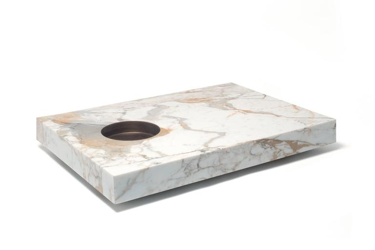 What we observe is often deceiving, it conceals itself and avoids being truly seen. Belingardi Clusoni demands a coffee table that regards us and lets itself be regarded, a silent eye that knows how to welcome and bestow. A Marble plane in
